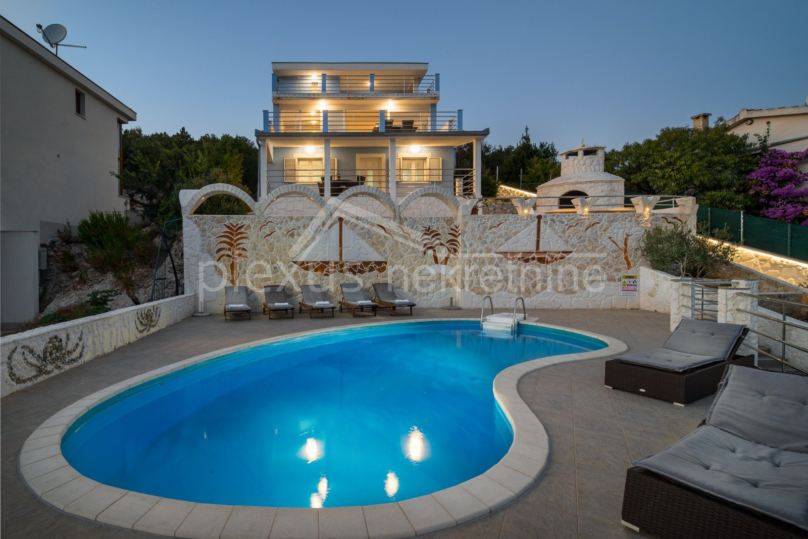 House, 215m², Plot -m²