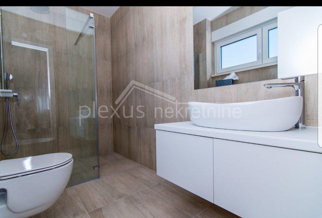 House, 404m², Plot -m²