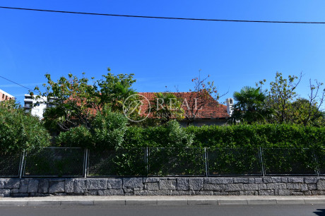 House, 240m², Plot 1305m²